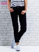 Ciemnoniebieskie spodnie regular jeans z plecionym paskiem                                  zdj.                                  1