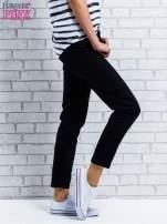 Ciemnoniebieskie spodnie regular jeans z plecionym paskiem                                  zdj.                                  3