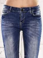 Ciemnoniebieskie spodnie regular jeans z przetarciami                                  zdj.                                  4
