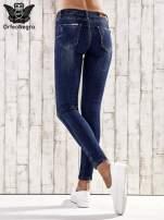 Ciemnoniebieskie spodnie skinny jeans z efektem marble denim                                  zdj.                                  2