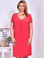 Ciemnoróżowa sukienka z ozdobnym wiązaniem PLUS SIZE                                  zdj.                                  1