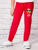 Ciemnoróżowe spodnie dresowe dla dziewczynki z napisem HAPPY                                  zdj.                                  1