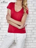 Ciemnoróżowy t-shirt sportowy z dekoltem w lekkie V                                  zdj.                                  1