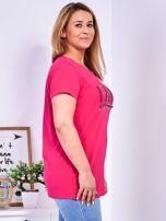 Ciemnoróżowy t-shirt z napisem z perełek PLUS SIZE                                  zdj.                                  3
