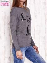 Ciemnoszara melanżowa bluzka z cekinowym napisem                                  zdj.                                  3