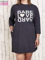 Ciemnoszara sukienka dresowa z napisem BABE PLUS SIZE