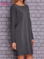 Ciemnoszara sukienka z ozdobną przypinką                                  zdj.                                  3