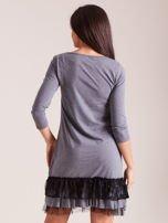 Ciemnoszara sukienka z tiulem i koronkową falbaną                                  zdj.                                  3