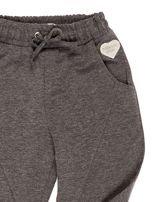 Ciemnoszare spodnie dresowe dla dziewczynki                                  zdj.                                  3
