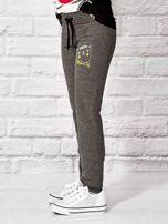 Ciemnoszare spodnie dresowe dla dziewczynki nadruk kota                                  zdj.                                  3