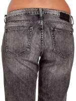 Ciemnoszare spodnie girlfriend jeans z rozcięciami na kolanach                                  zdj.                                  7