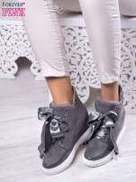 Ciemnoszare zamszowe sneakersy z koturnem i atłasową wstążką Satina                                  zdj.                                  1
