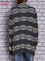 Ciemnoszary dzianinowy sweter z kolorowymi wzorami                                  zdj.                                  4