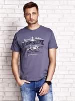 Ciemnoszary t-shirt męski z napisami i kotwicą                                  zdj.                                  1