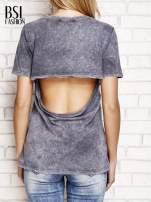 Ciemnoszary t-shirt z egzotycznym nadrukiem dłoni i wycięciem na plecach                                  zdj.                                  2