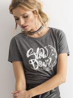Ciemnoszary t-shirt z nadrukiem i cyrkoniami                                  zdj.                                  5