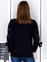 Czarna bluza z kokardami na rękawach                                  zdj.                                  2