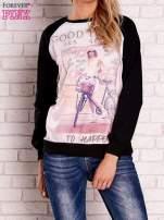 Czarna bluza z nadrukiem dziewczyny i napisem                                  zdj.                                  1