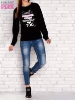 Szara bluza z napisem SMILE HAPPINESS LOOKS GORGEOUS ON YOU                                                                          zdj.                                                                         2