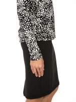 Czarna bluzka w plamki z koronkowym dekoltem