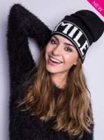 Czarna czapka beanie z kontrastowym napisem SMILE