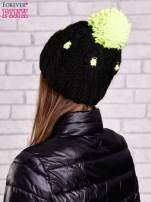 Czarna czapka z neonowym pomponem                                  zdj.                                  3