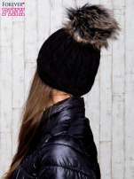 Czarna czapka z warkoczowym splotem i futrzanym pomponem                                  zdj.                                  3