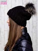 Czarna czapka ze srebrną nitką i futrzanym pomponem