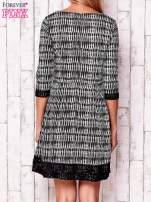 Czarna graficzna sukienka z koronkowym wykończeniem                                  zdj.                                  4