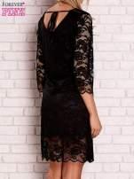 Czarna koronkowa sukienka z wiązaniem na plecach