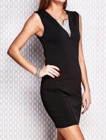 Czarna ołówkowa sukienka z błyszczącą wstawką przy dekolcie                                   zdj.                                  3