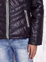 Czarna pikowana kurtka z wykończeniem w groszki                                  zdj.                                  10