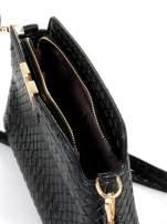 Czarna pleciona kopertówka ze złotym detalem