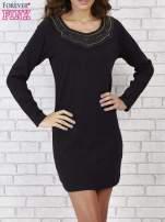 Czarna prosta sukienka z koronkowym dekoltem                                  zdj.                                  4