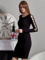 Czarna sukienka codzienna ze złotymi kółkami na rękawach                                  zdj.                                  3