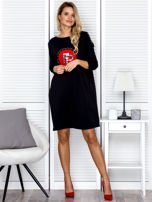 Czarna sukienka damska oversize z perełkami i okrągłą naszywką                                  zdj.                                  4