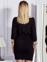 Czarna sukienka koktajlowa z biżuteryjnymi wstawkami                                  zdj.                                  2