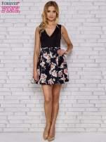 Czarna sukienka skater z kwiatowym dołem