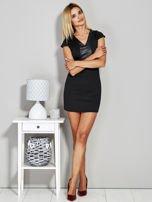 Czarna sukienka tuba ze skórzanymi wstawkami                                  zdj.                                  4