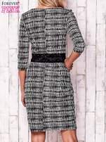 Granatowa sukienka w graficzne wzory z koronkową aplikacją