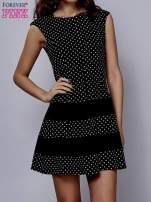 Czarna sukienka w groszki z kontrafałdami