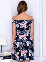 Czarna sukienka w kontrastowe kwiaty                                   zdj.                                  2