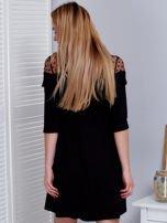 Czarna sukienka z dekoltem w groszki                                  zdj.                                  2