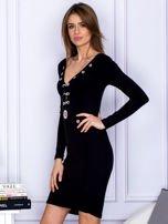 Czarna sukienka z ozdobnymi kółeczkami                                  zdj.                                  5
