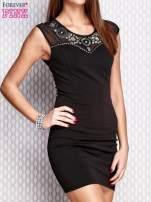 Czarna sukienka z siateczkowym dekoltem i aplikacją                                  zdj.                                  3