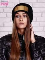 Czarna wywijana czapka ze złotą blaszką