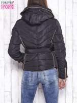 Czarna zimowa kurtka z futrzanym kapturem i paskiem                                  zdj.                                  2