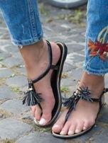 Czarne sandały z ozdobnymi chwostami na przodzie buta                                  zdj.                                  1