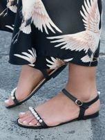 Czarne sandały z ozdobnymi perełkami na przodzie cholewki                                  zdj.                                  4