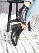Czarne skórzane botki z mieniącymi dżetami na płaskim obcasie                                  zdj.                                  2